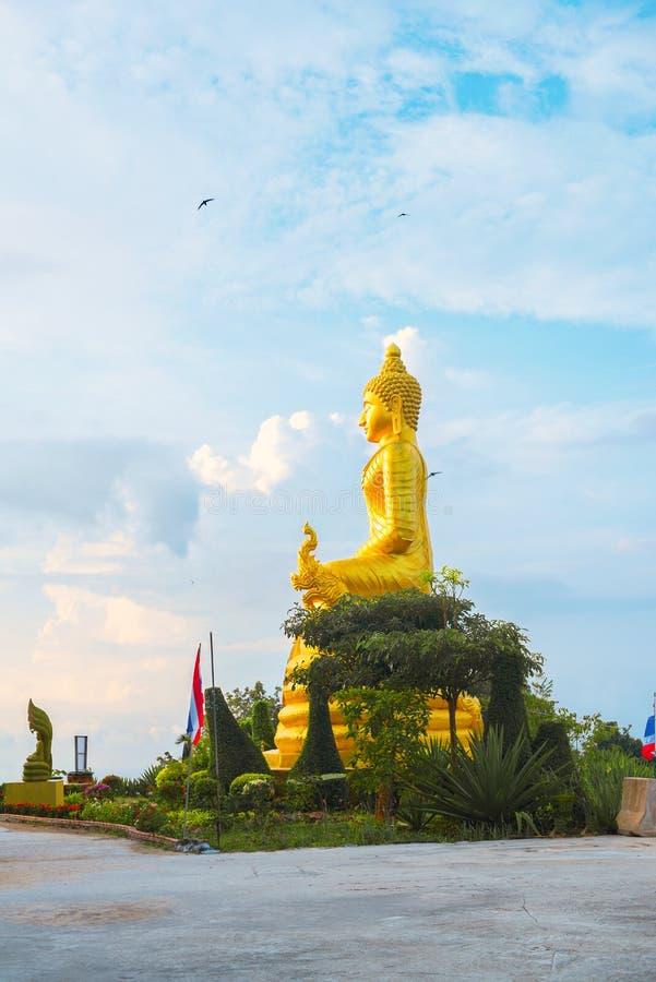 Oro Buda grande de la estatua en la alta cumbre Phuket fotografía de archivo libre de regalías