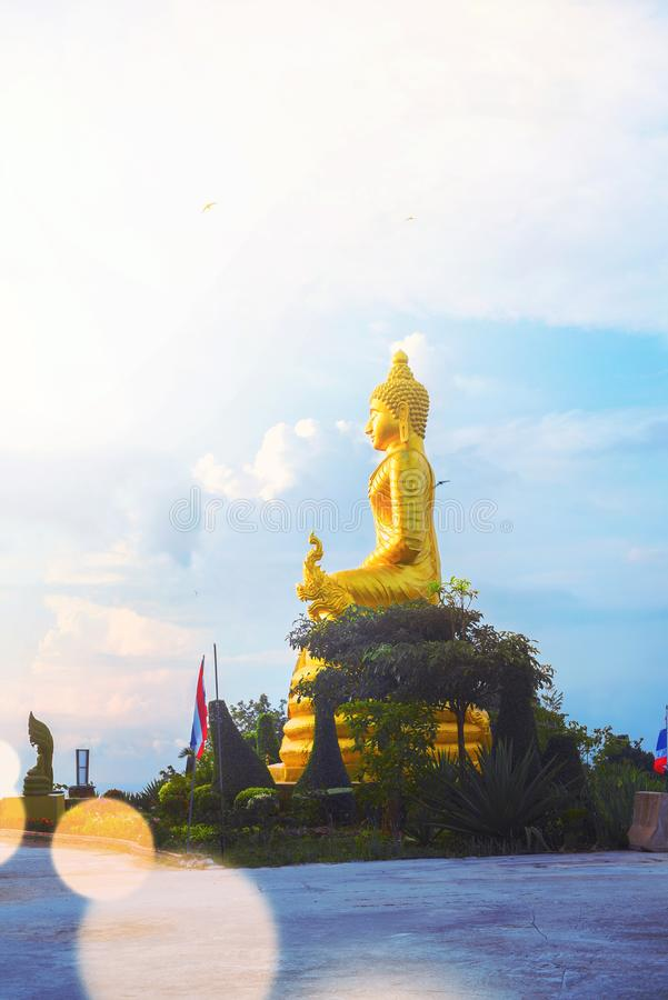 Oro Buda grande de la estatua en la alta cumbre Phuket imagenes de archivo