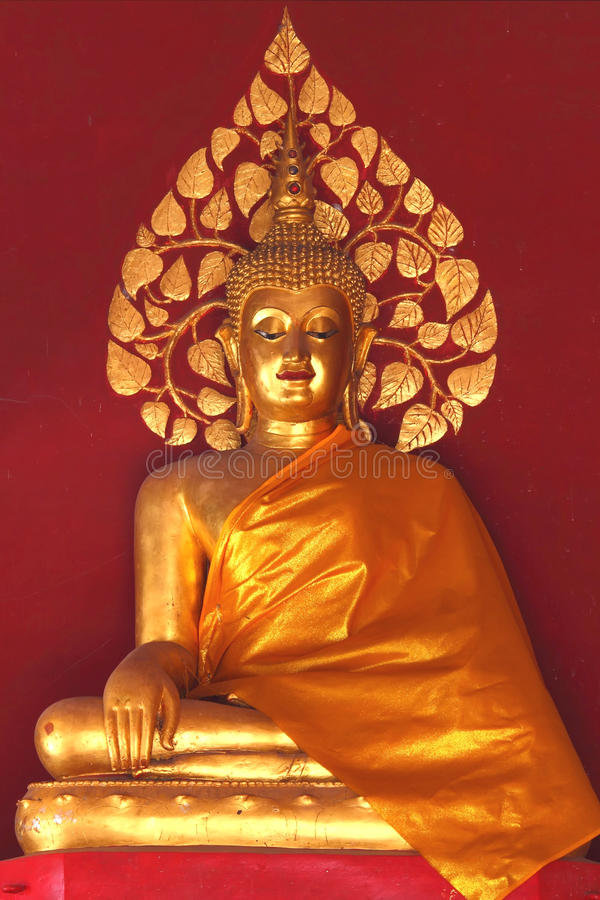 Oro buddha con la priorità bassa rossa della parete fotografia stock libera da diritti