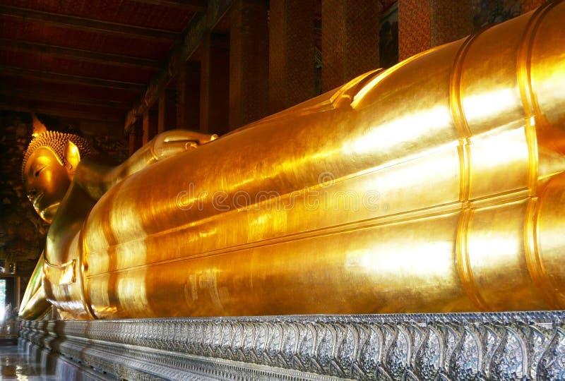 Oro Buddha el dormir en Wat Po imagen de archivo
