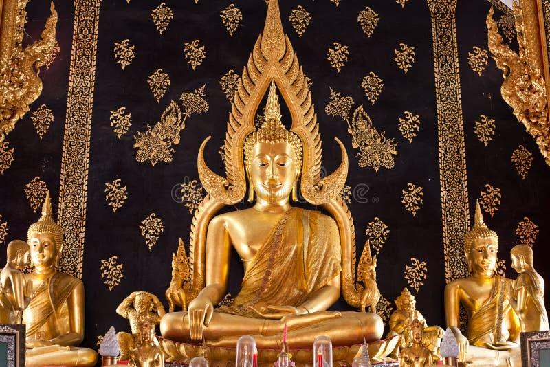 Oro buddha en Tailandia fotos de archivo libres de regalías