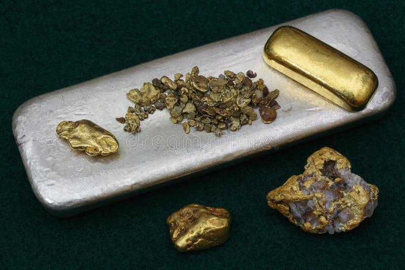 Oro crudo y lingote de plata imagen de archivo