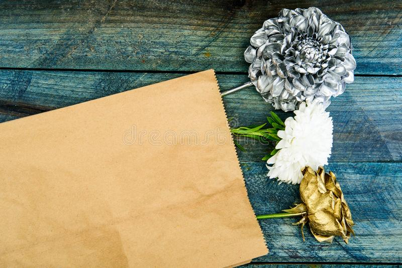 Oro d'argento e rosa fresca con il fiore del crisantemo Bellezza naturale decorazione antica metallizzata Cartolina d'auguri dell fotografia stock