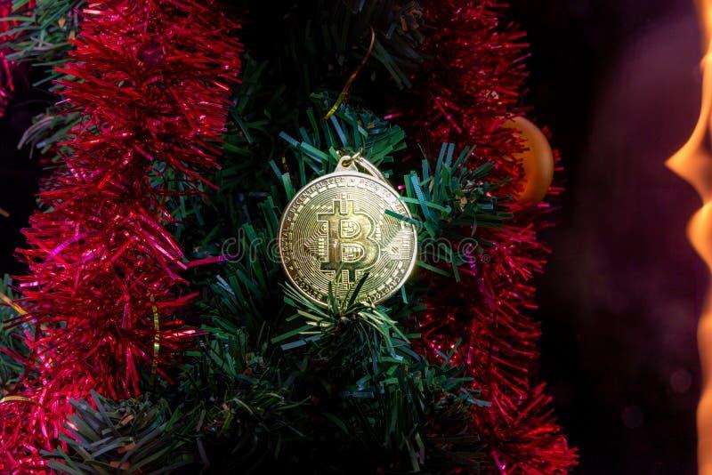 Oro de Bitcoin Moneda del dinero Decoración del ` s del Año Nuevo Árbol de navidad imagenes de archivo