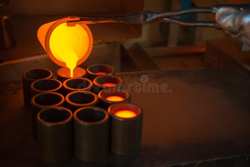 Oro de la fundición en una fábrica imagenes de archivo