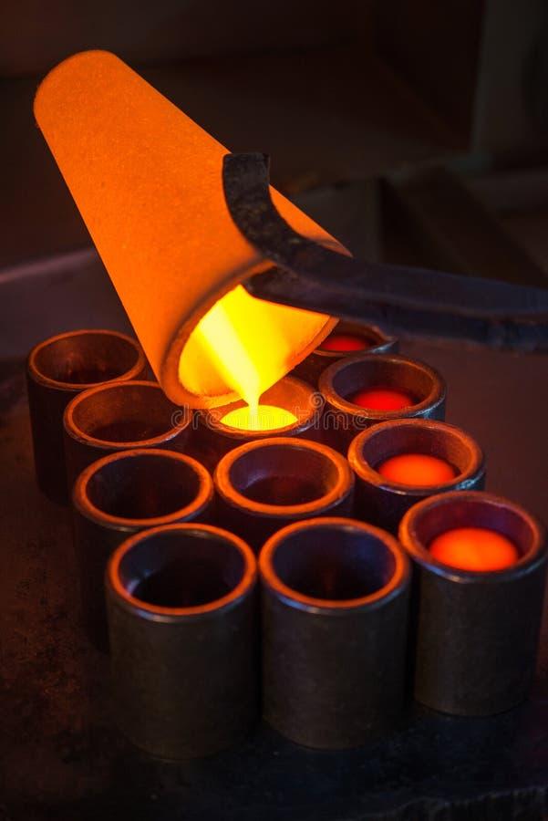 Oro de la fundición en una fábrica imagen de archivo