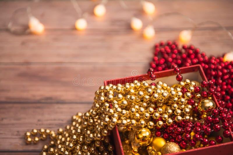 Oro de la Navidad y decoración roja en la caja de regalo roja, luces en backgrou imagen de archivo libre de regalías