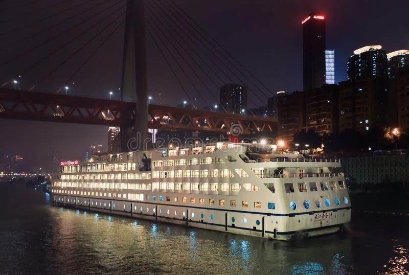 Oro de Yangtze 1 buque en la noche, Chongqing, China fotografía de archivo