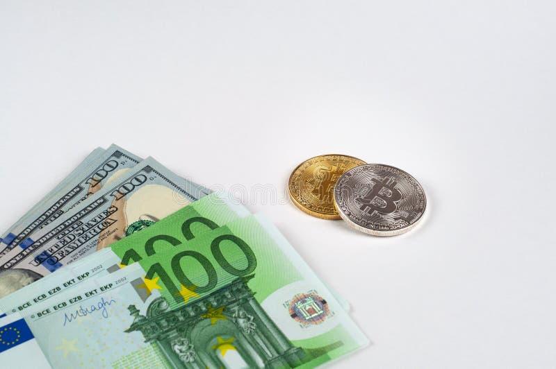 Oro di Bitcoin e moneta d'argento su un primo piano nero del fondo immagine stock