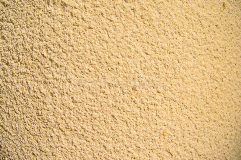 Oro di lerciume e dell'annata, crema o fondo beige di cemento naturale o di vecchia struttura di pietra, retro parete del modello immagine stock