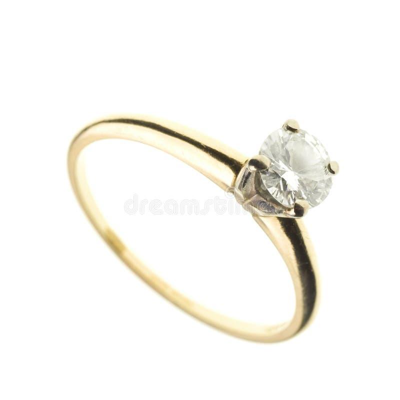 Oro e anello di fidanzamento del diamante isolato su bianco fotografie stock