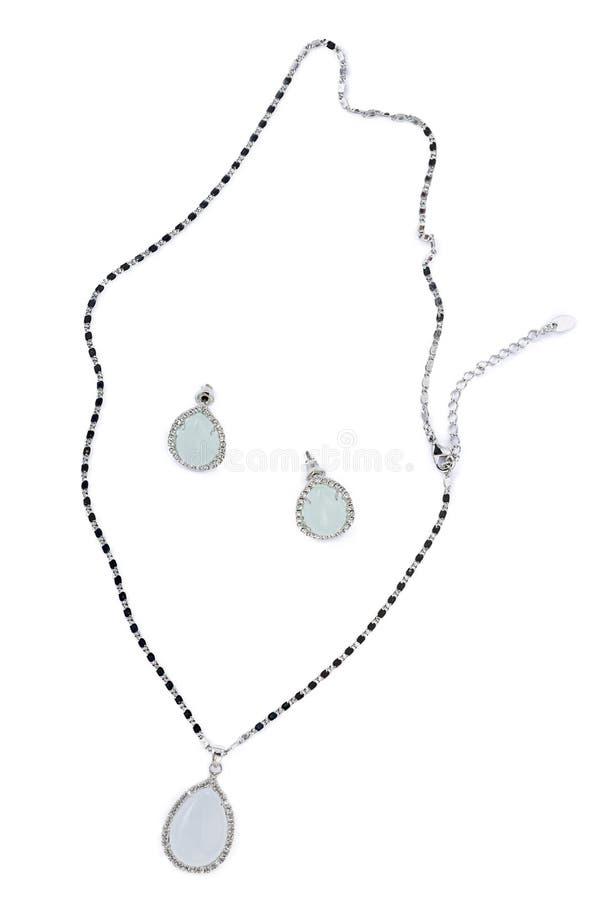 Oro e collane di diamante isolate su fondo bianco fotografie stock libere da diritti