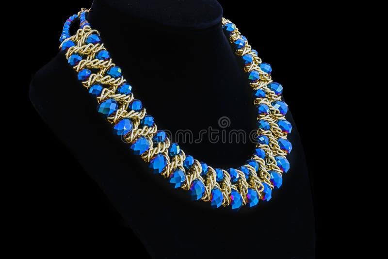 Oro e collane di diamante isolate su fondo nero fotografie stock libere da diritti