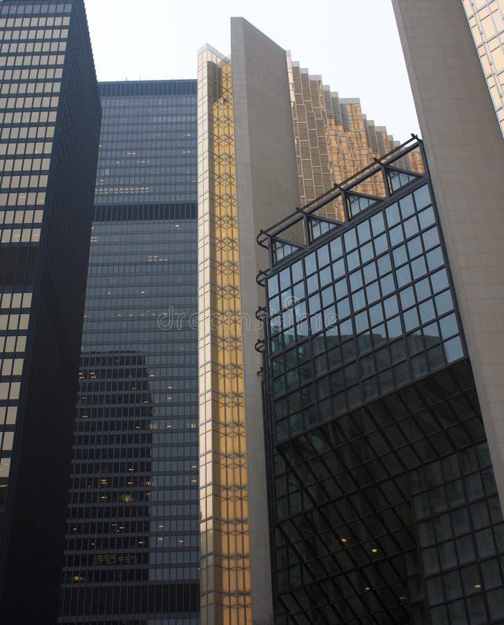 Oro e grattacieli d'acciaio di vetro neri in città fotografia stock