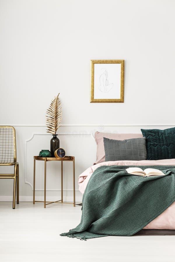 Oro e interior verde del dormitorio foto de archivo libre de regalías