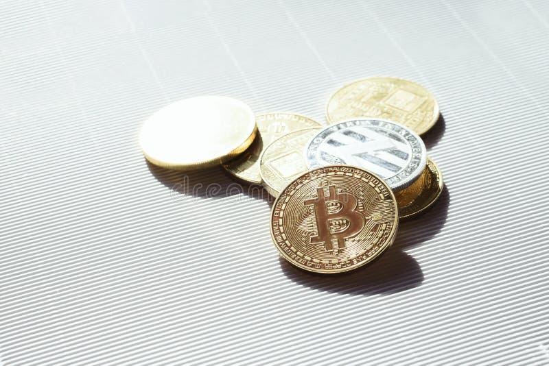 Oro e monete d'argento con i simboli del lisk e del bitcoin - cryptocurrency virtuale Commercio ed affare in Internet immagine stock libera da diritti