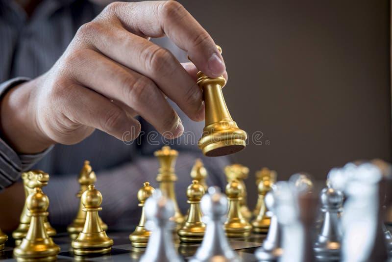 Oro e scacchi d'argento con il giocatore, uomo d'affari intelligente che gioca la concorrenza del gioco di scacchi all'affare di  immagine stock libera da diritti