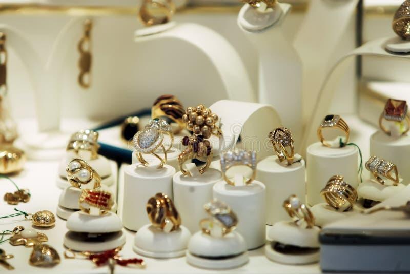Oro ed anelli di diamante immagini stock libere da diritti