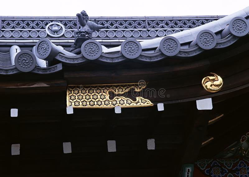 Oro floral japonés en la arquitectura de madera de la decoración foto de archivo