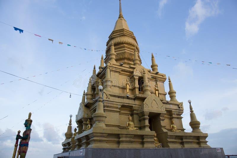Oro giallo della pagoda a Wat Laem Sor del cielo buddista b della spiaggia fotografie stock