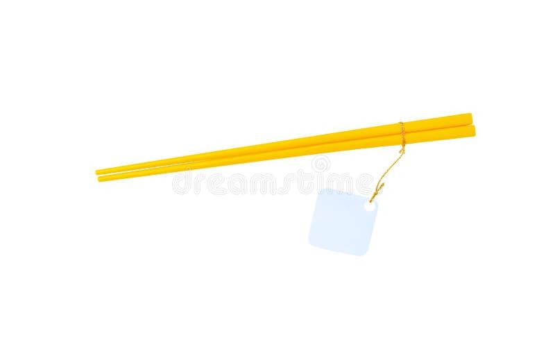 Oro o pares de madera amarillos de palillos que cuelgan con el Libro Blanco para el texto o el precio fotos de archivo libres de regalías