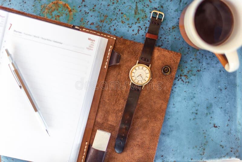 Oro/orologio, diario e caffè d'annata d'argento fotografia stock libera da diritti