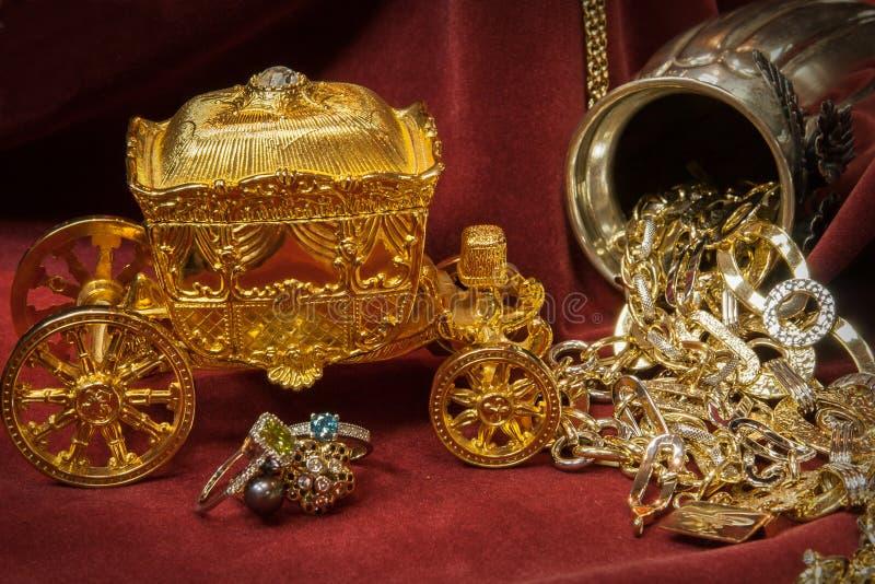 Oro, plata y joyería mezclados de los diamantes Tesoro foto de archivo libre de regalías