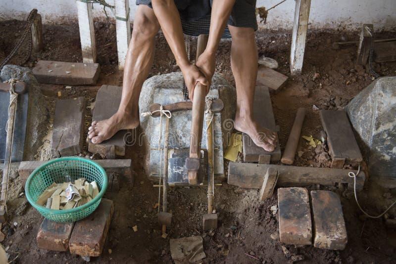 ORO POUNDER DELL'ASIA MYANMAR MANDALAY fotografie stock libere da diritti