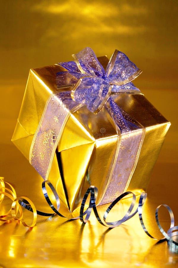 Oro presente con las cintas azules fotografía de archivo libre de regalías