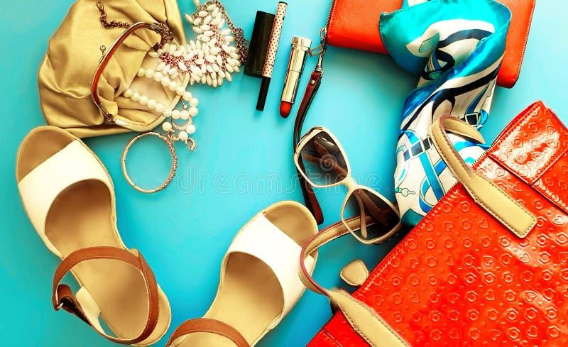Oro rosa dei sandali di estate degli accessori delle donne di Ring Earring della borsa del cappello dell'arco del portafoglio del fotografia stock libera da diritti