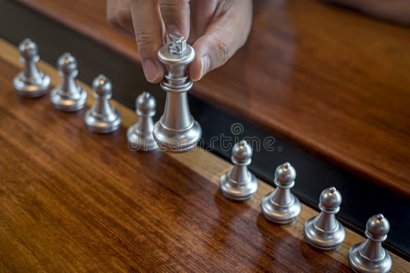Oro y ajedrez de plata con el jugador, hombre de negocios inteligente que juega la competencia del juego de ajedrez al negocio de fotografía de archivo libre de regalías