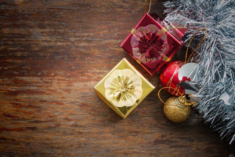 Oro y caja de regalo roja de la Navidad con las decoraciones y la bola del color fotos de archivo