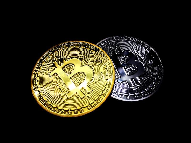 Oro y color plata de moneda de Bitcoin en el fondo negro, pila de moneda del bitcoin de oro sobre la plata de moneda del bitcoin, imagen de archivo libre de regalías