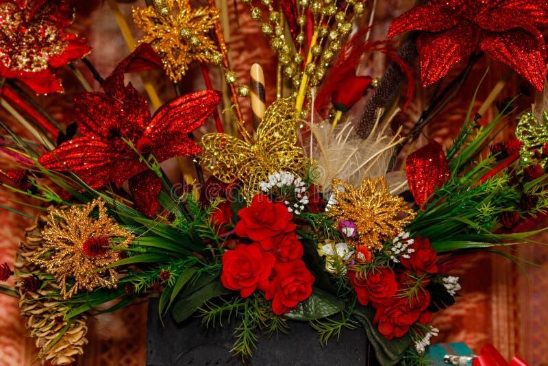 Oro y decoraciones rojas de la Navidad foto de archivo libre de regalías