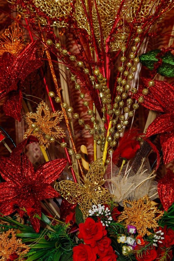 Oro y decoraciones rojas de la Navidad fotografía de archivo libre de regalías