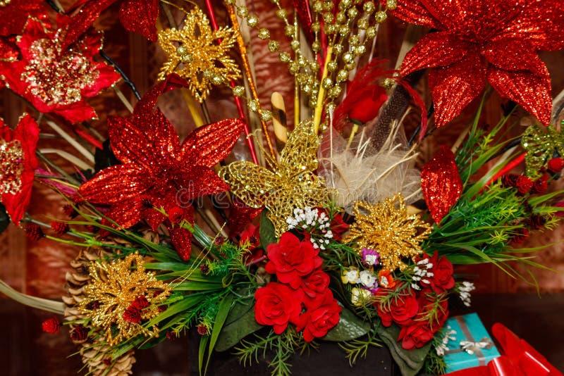 Oro y decoraciones rojas del árbol de navidad foto de archivo libre de regalías