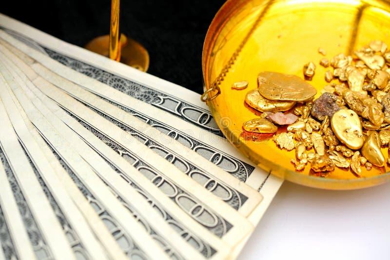 Oro y dinero sin procesar imagen de archivo libre de regalías