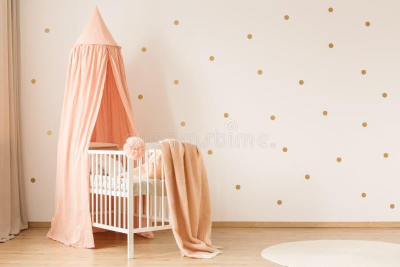 Oro y dormitorio rosado del ` s del niño fotografía de archivo