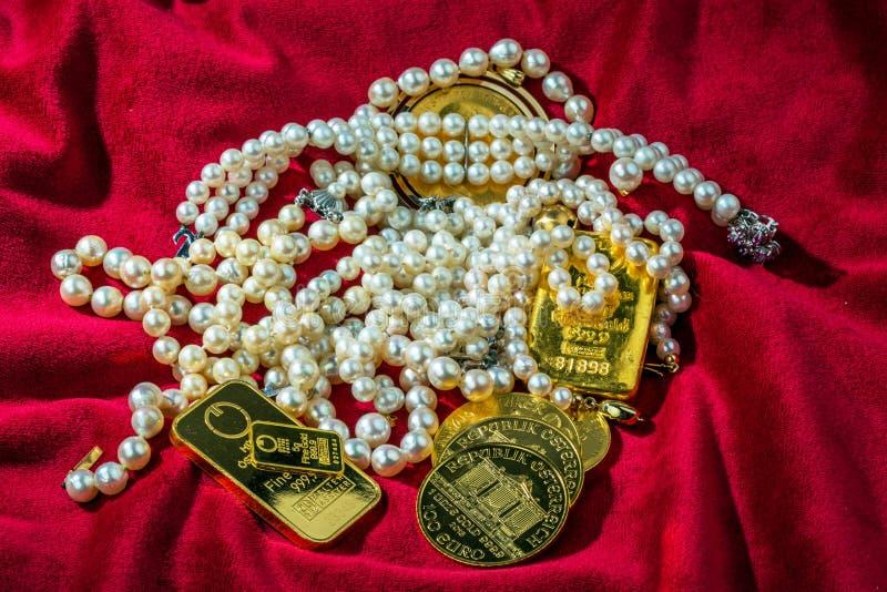 Oro y joyería fotos de archivo