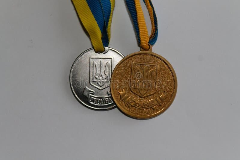 Oro y medallistas de plata viejos de Ucrania para la excelencia en la graduación de estudios secundarios - lado trasero imagen de archivo