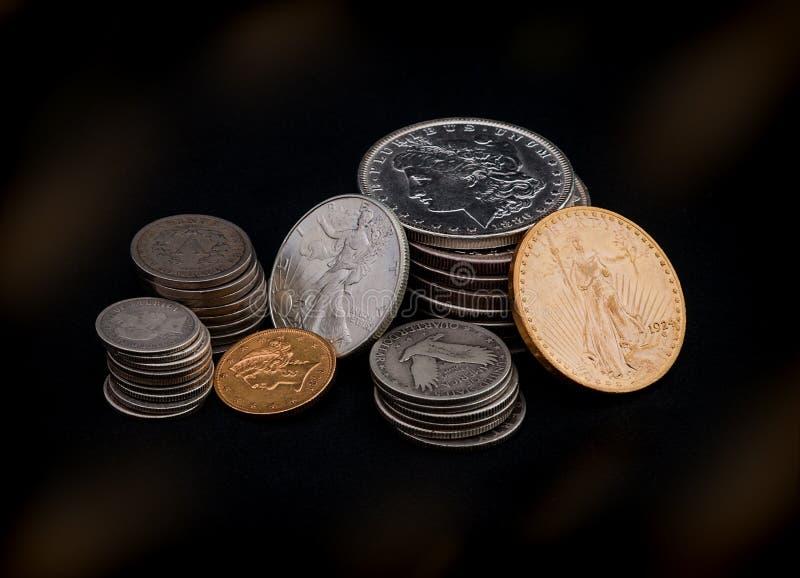 Oro y monedas de plata fotografía de archivo libre de regalías