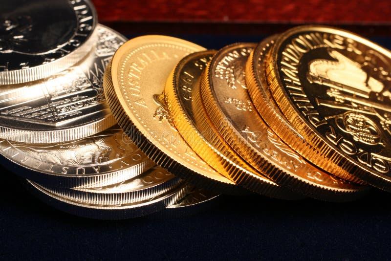 Oro y monedas de plata imágenes de archivo libres de regalías