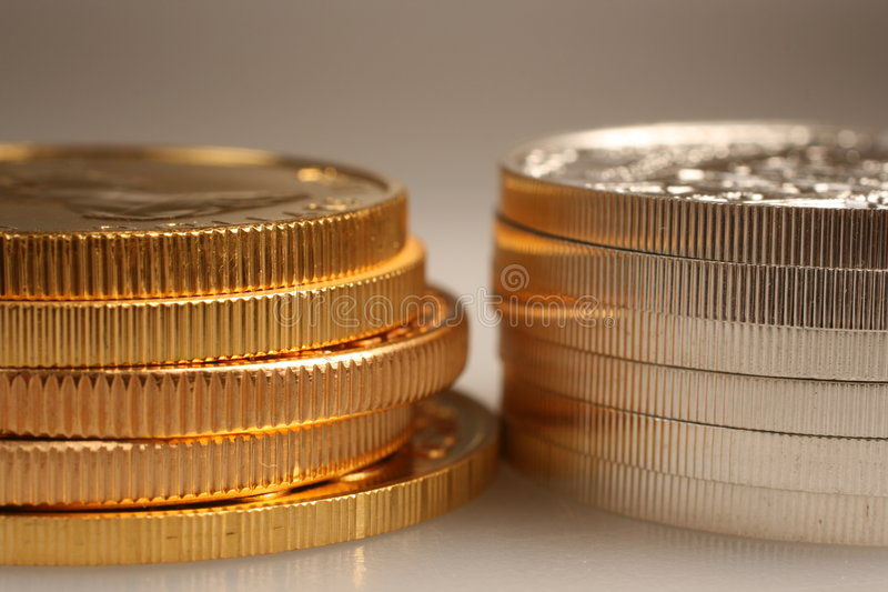 Oro y monedas de plata fotografía de archivo