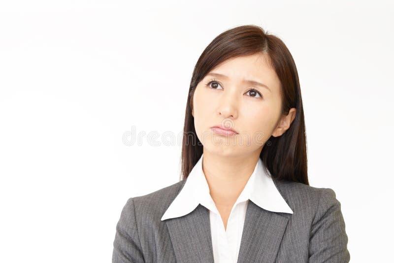 Orolig asiatisk affärskvinna arkivfoton
