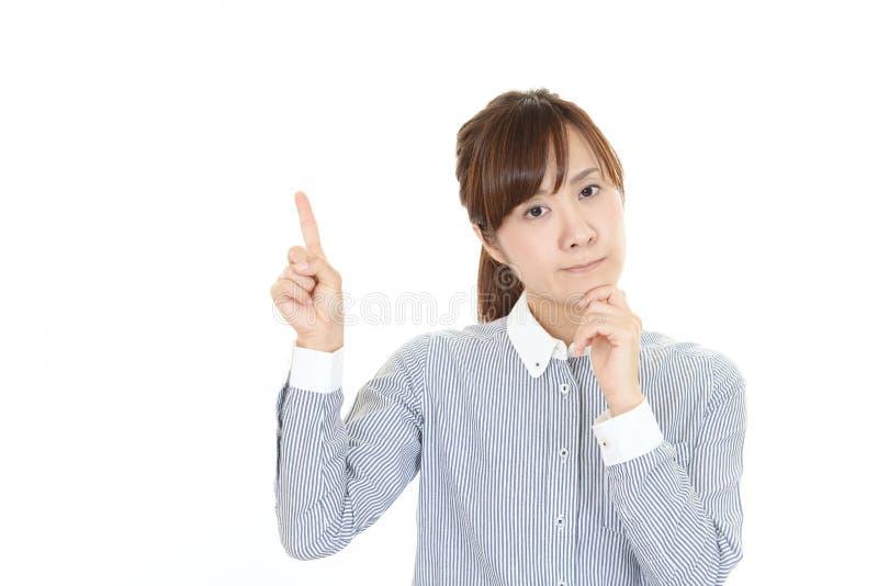 Orolig asiatisk aff?rskvinna royaltyfria foton