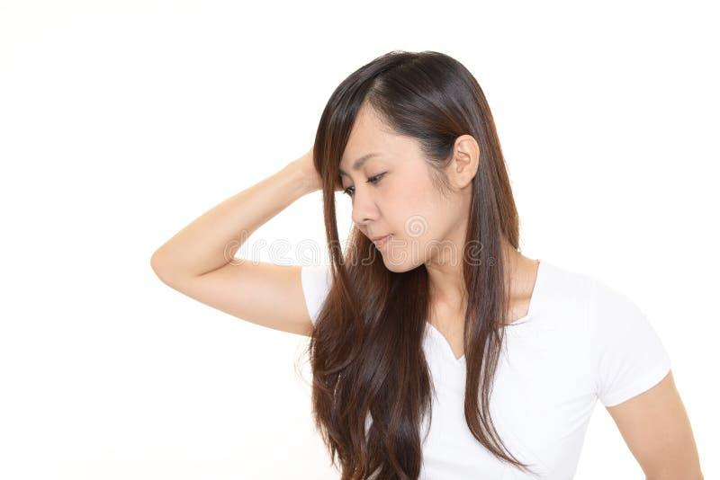 Orolig asiatisk kvinna royaltyfri bild