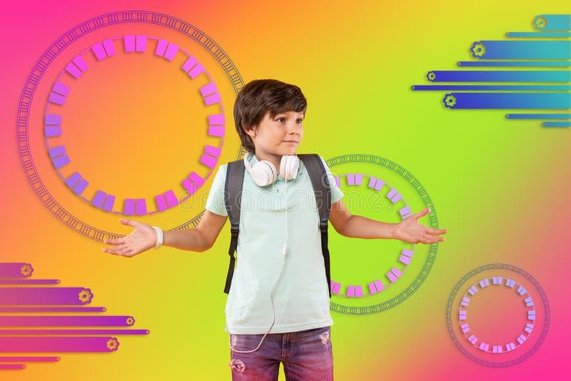 Oroligt bekymrat vända mot för pojke tvivlar på bakgrund royaltyfri foto