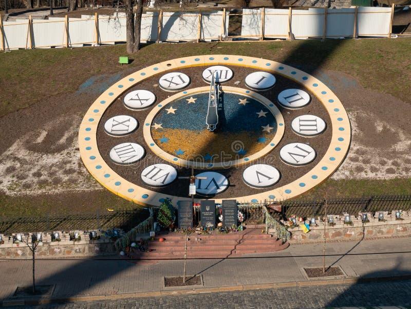 Orologi ad aria aperta fatta dei fiori al quadrato principale di indipendenza a Kiev come simbolo di eternità vicino al monumento immagine stock libera da diritti