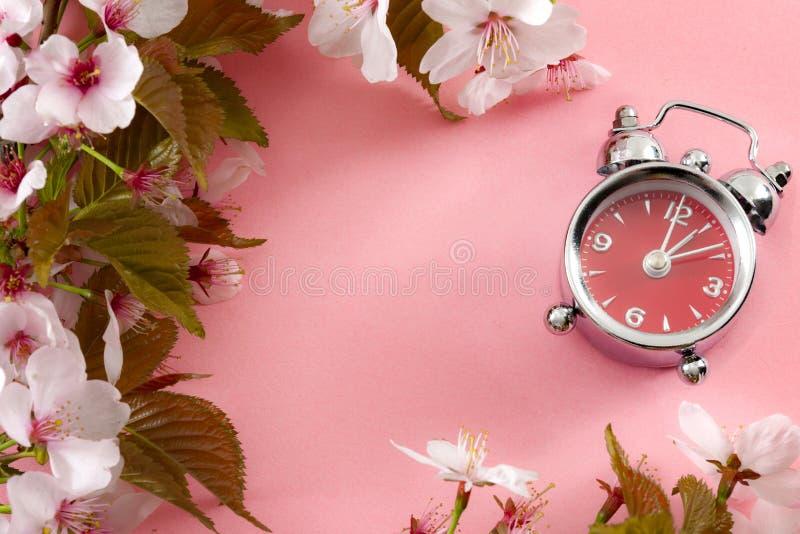 Orologi di giro sull'ora avanti, stella di tempo di risparmio di luce del giorno e ricordo di balzare concetto di andata con la s fotografia stock libera da diritti