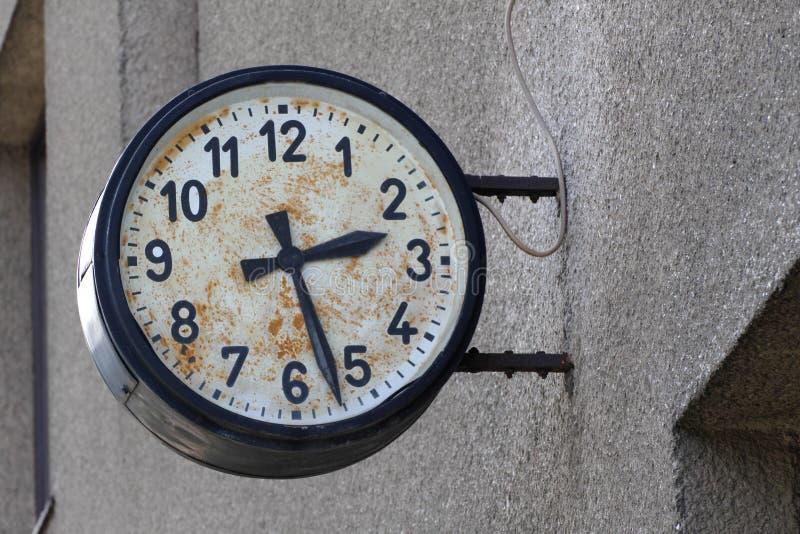 Orologi di parete all'aperto d'annata immagine stock